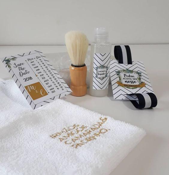 Kit de barbear com toalha, loção e pincel.