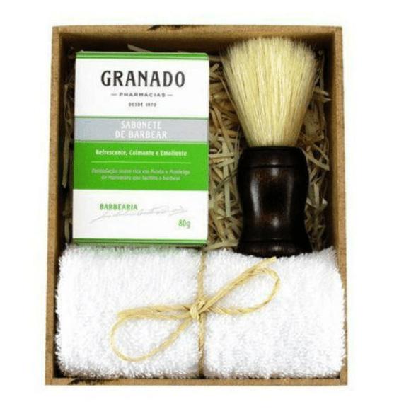 Caixa de mdf com sabonete de barbear da Granado, toalha branca e pincel de barbear.