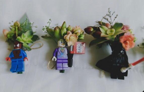 Lapela com bonecos em lego nerd, homem aranha, coringa e dart vader.