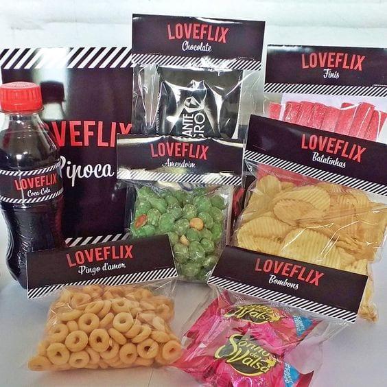 Combo de Coca Cola de garrafa pequena, amendoim, pingo de ouro, batata chip, fini balde de pipoca, com logo da Netflix.
