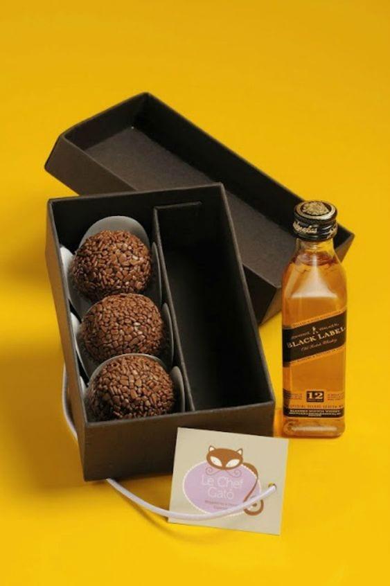 Caixa preta com 3 brigadeiro e mini whisky Black Label