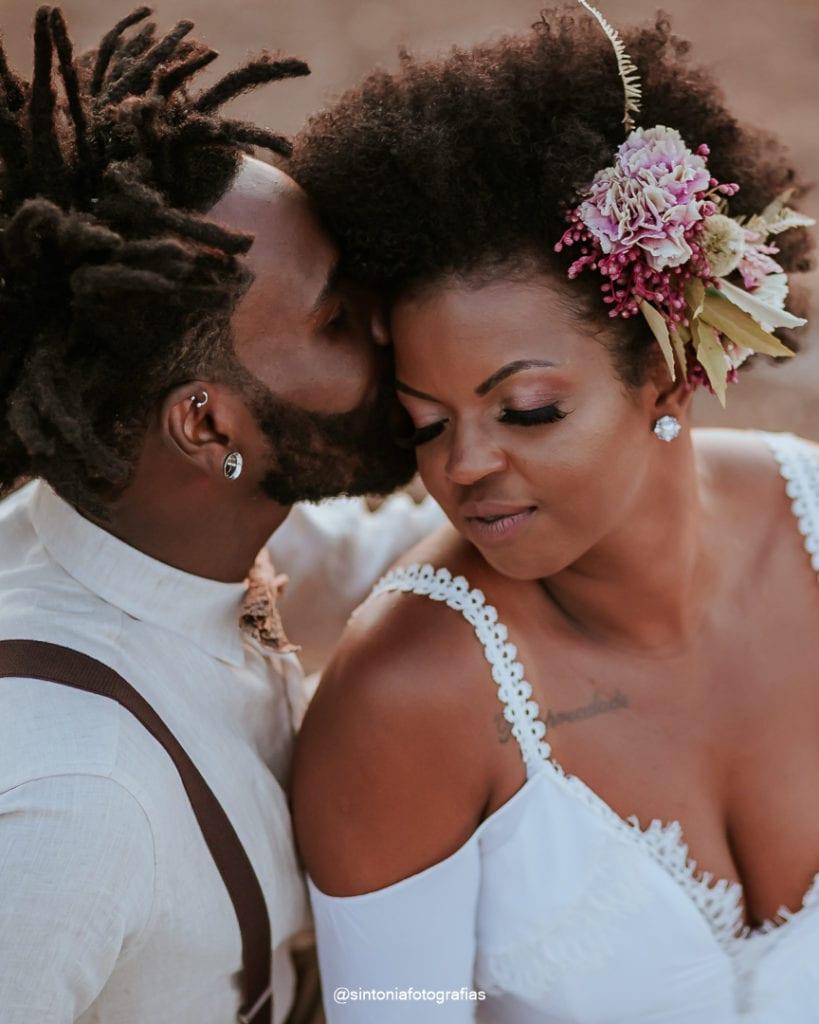 casal de olhos fechados emelopement wedding