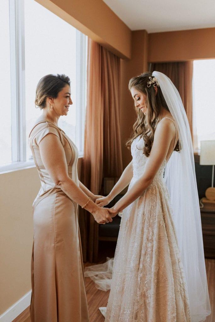 noiva com sua mãe no making off
