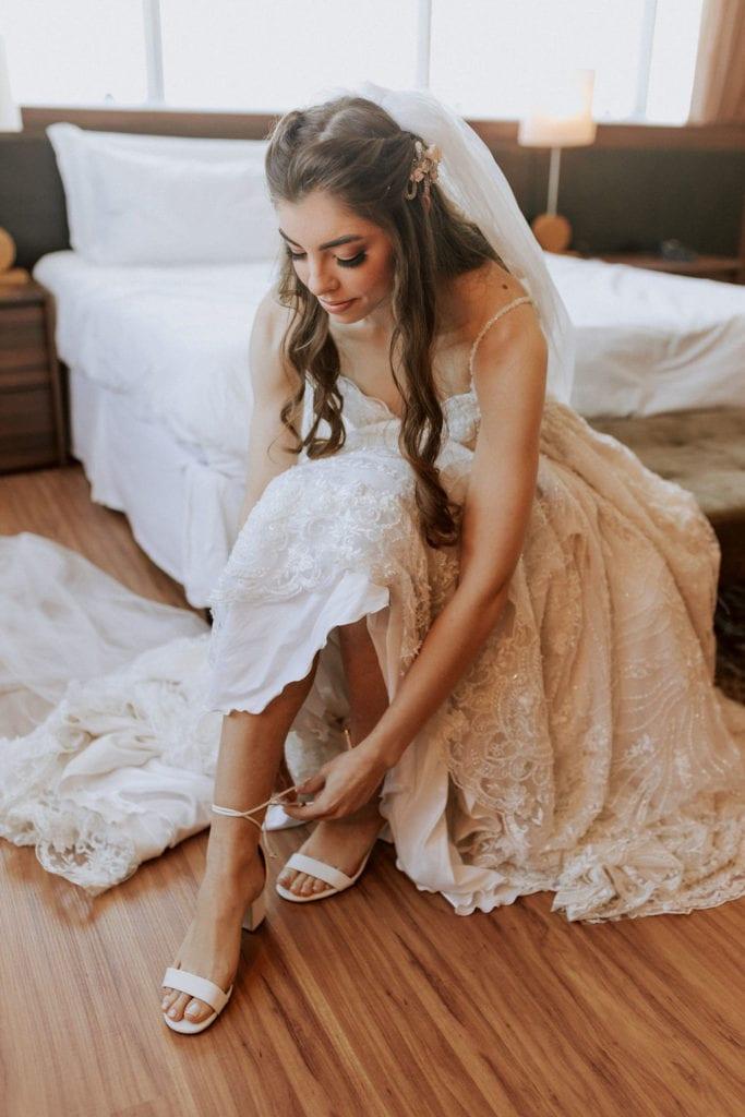 noiva colocando a sandália