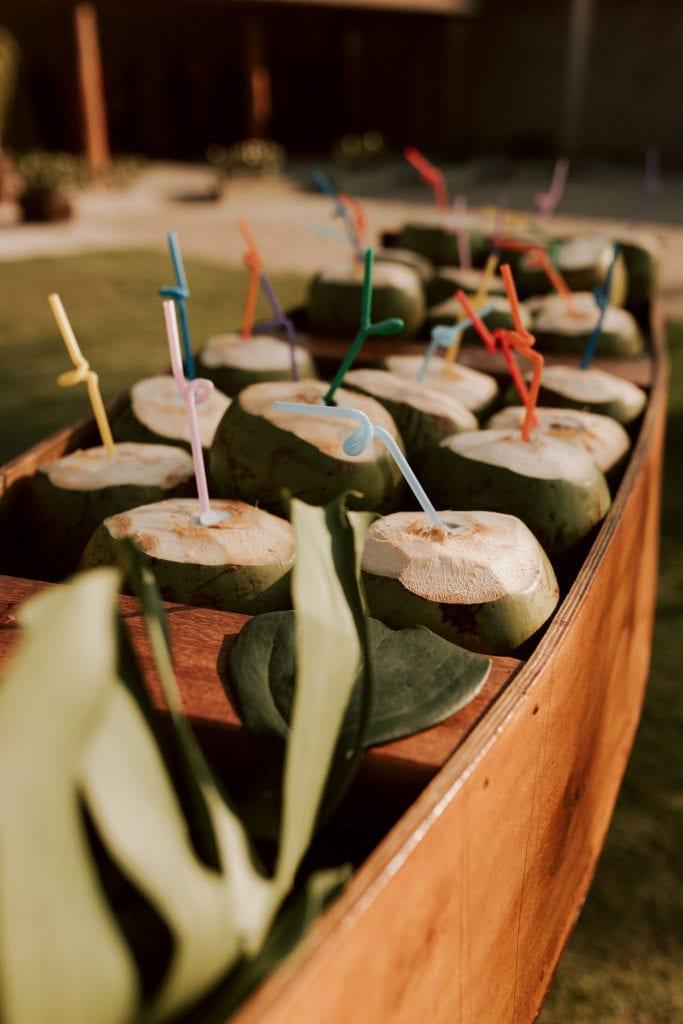cocos com água de coco em um barco