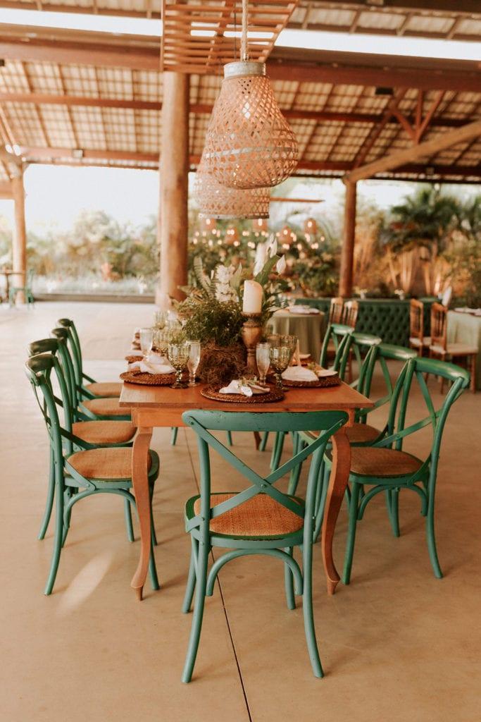 mesa da família , rústica com cadeiras verdes