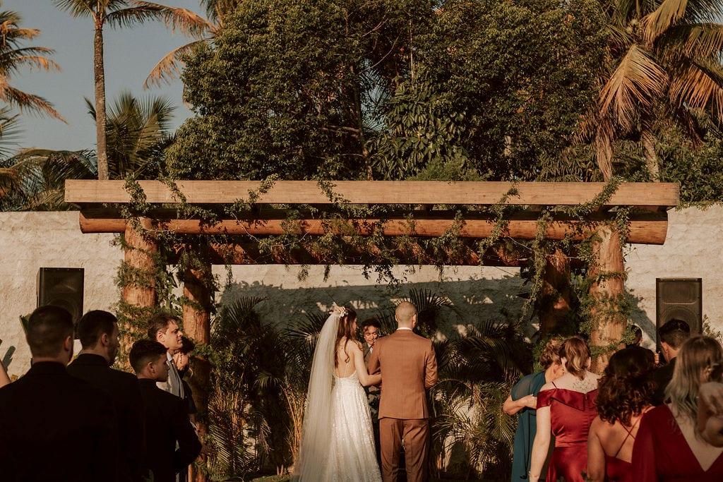 noivos juntos no altar no campo