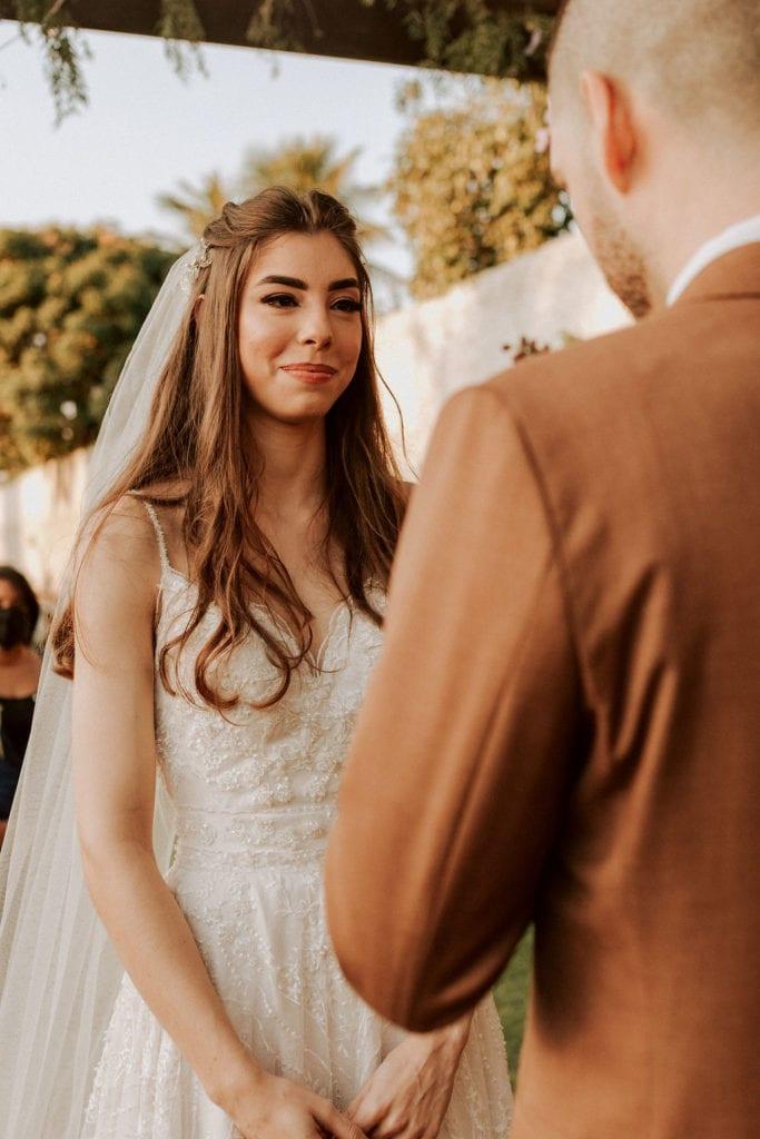 noiva olhando para o noivo no altar