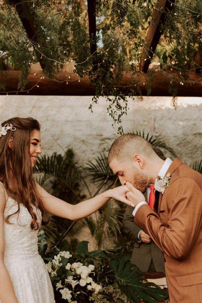 noivo beija mão da noiva