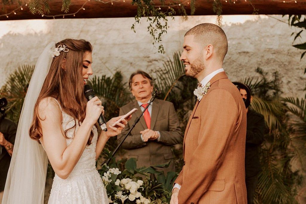 noiva lendo os votos para o noivo
