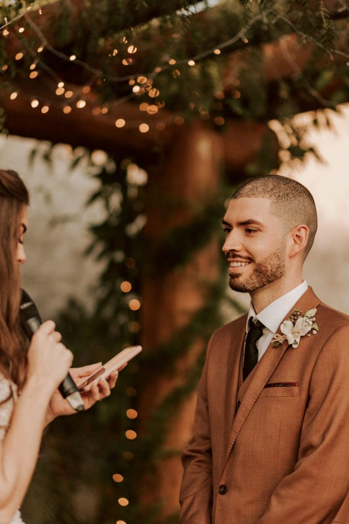 noivo olhando para a noiva