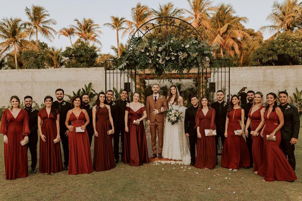 noivos com madrinhas de vestido marsala e padrinhos