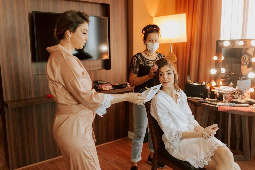 making off da noiva - uma moça fazendo seu penteado
