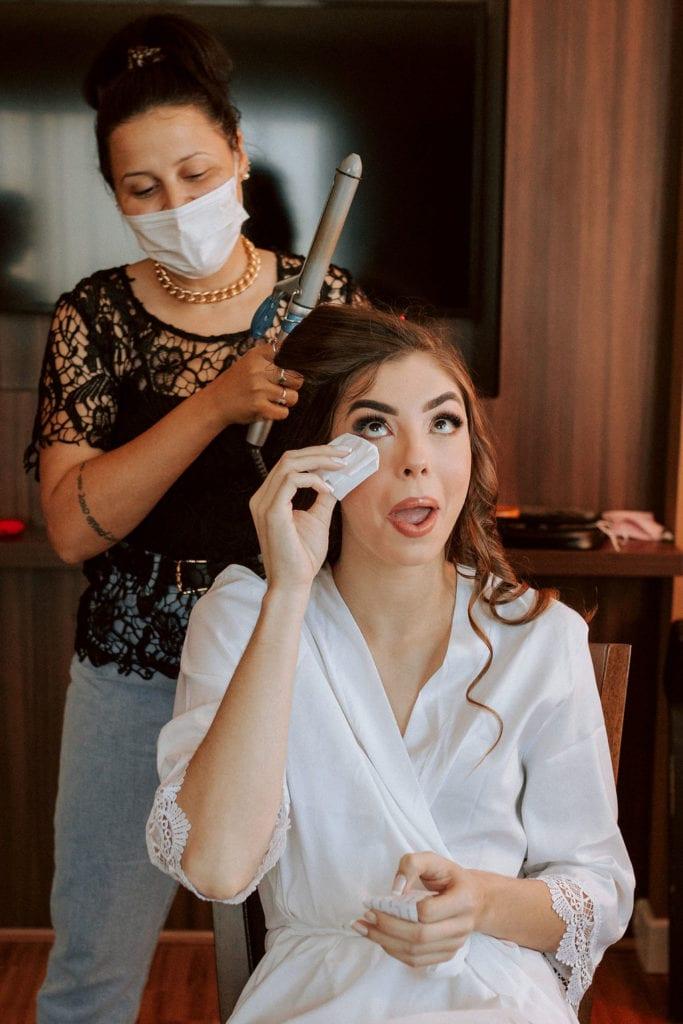 noiva fazendo o cabelo com babyliss se emociona