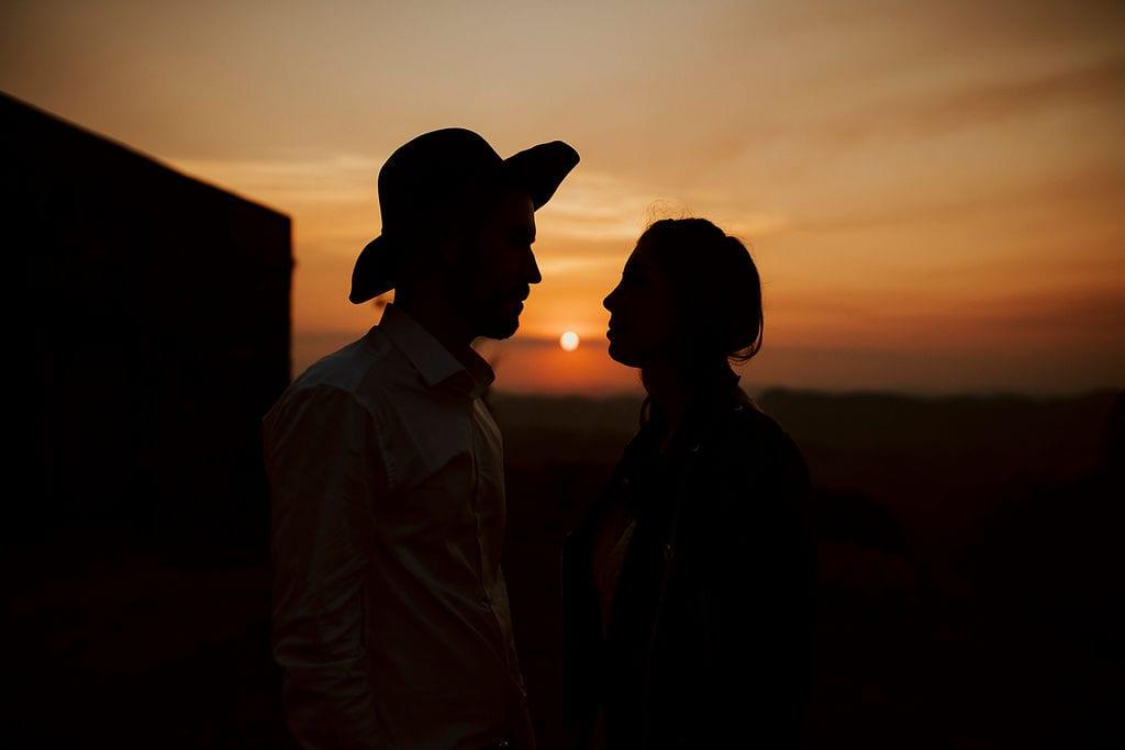 noivos em pôr do sol nas fotos externas, pós casamento