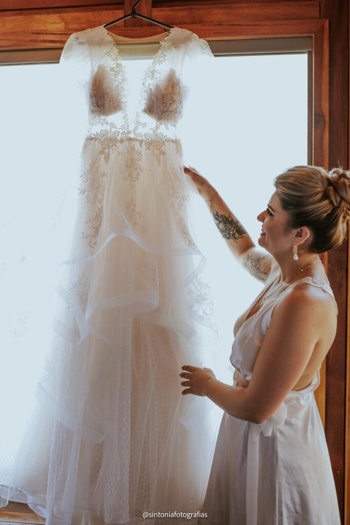 Noiva observa o vestido