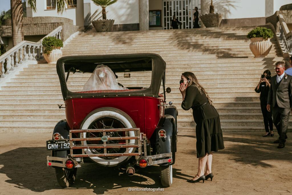 noiva chega ao local da cerimônia de carro