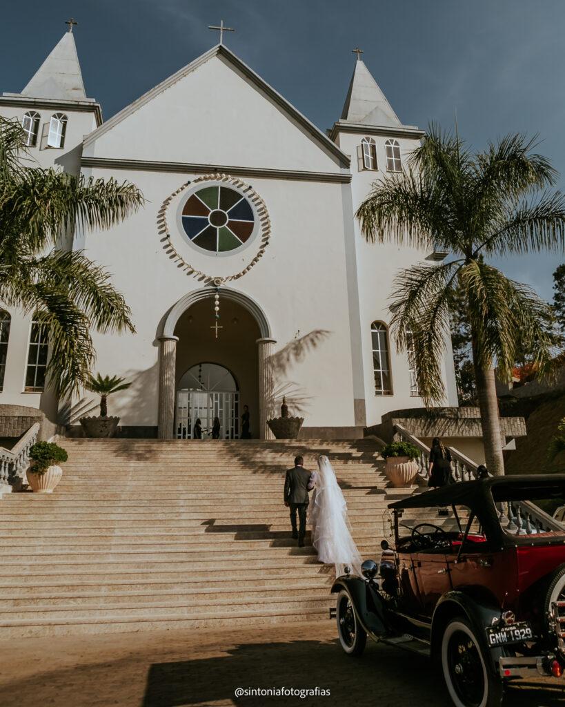 noiva sobe as escadarias da igreja