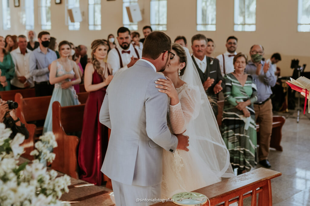 noivos se beijando ao final da cerimônia