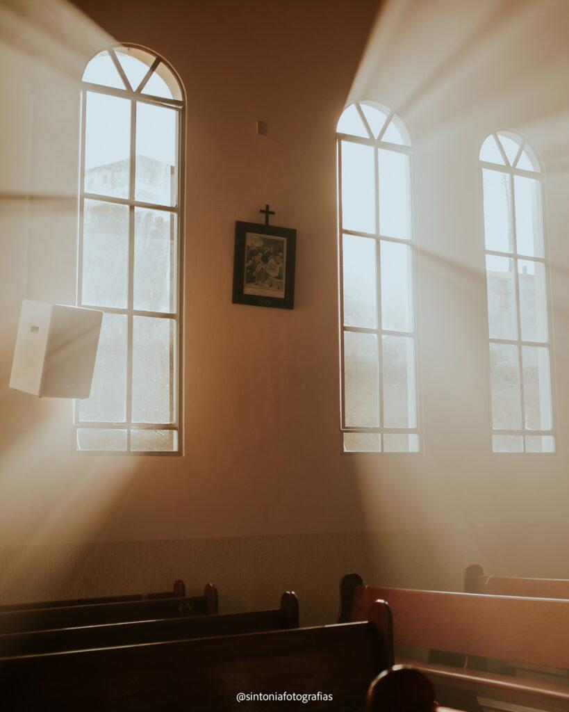 raios solares entrando pela janela da igreja
